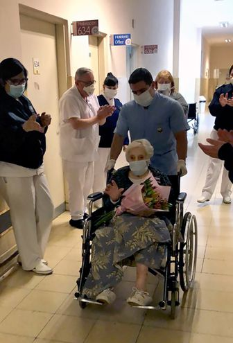 Una mujer de 101 años que padeció covid-19 fue dada de alta tras 36 días en el Hospital Aeronáutico Central, del que se retiró entre aplausos y flores, informó el martes la Fuerza Aérea Argentina.