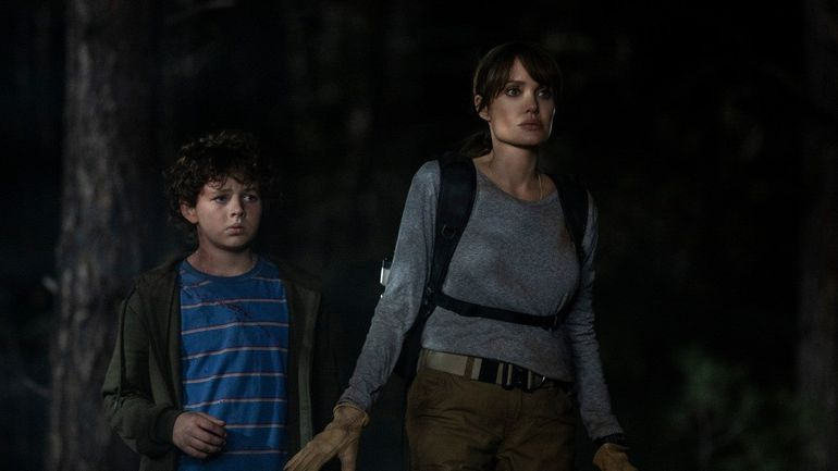 "Finn Little y Angelina Jolie en ""Aquellos que desean mi muerte""."