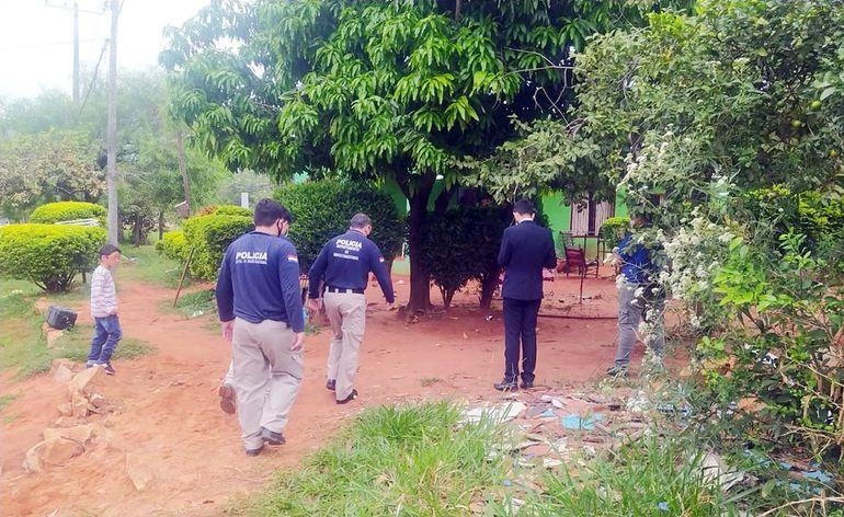 Policías revisaron nuevamente ayer  el lugar de la tragedia,  en el barrio Kennedy de Capiatá.