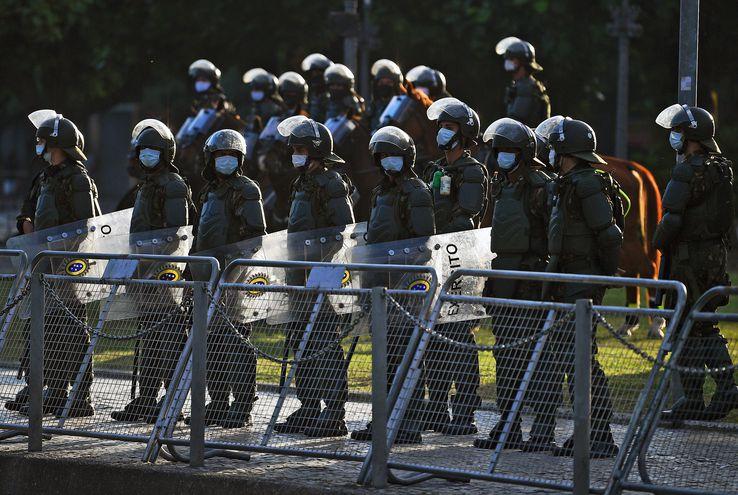 Soldados con mascarillas durante una manifestación en Río de Janeiro, Brasil.
