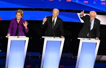 Los aspirantes presidenciales demócratas, la senadora de Massachusetts Elizabeth Warren (i), el ex vicepresidente Joe Biden (c) y el senador de Vermont Bernie Sanders participan en el séptimo debate primario demócrata de la temporada de la campaña presidencial 2020.