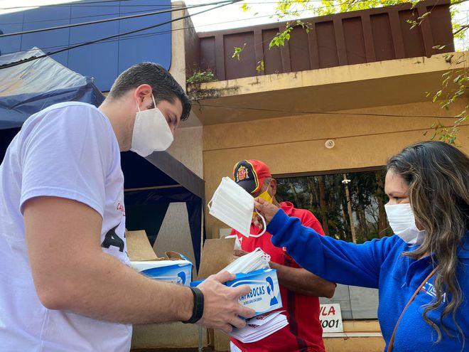 """Unos 2.000 tapabocas fueron distribuidos esta mañana en Hernandarias como parte de la campaña """"Alto Paraná se cuida""""."""