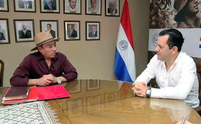 Arnaldo Sánchez (izq.), quien fue condenado por negociado con semillas de algodón, se reunió ayer con Rodolfo Friedmann.