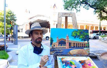 Arius Romero posa junto a su obra frente a la Estación Central del Ferrocarril.