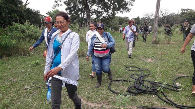 A las 8:45 ingresaron al monte los familiares y amigos de Edelio. Doña Obdulia (remera a rayas) y don Apolonio (camisa celeste) encabezaron la comitiva, acompañados de efectivos policiales y militares.