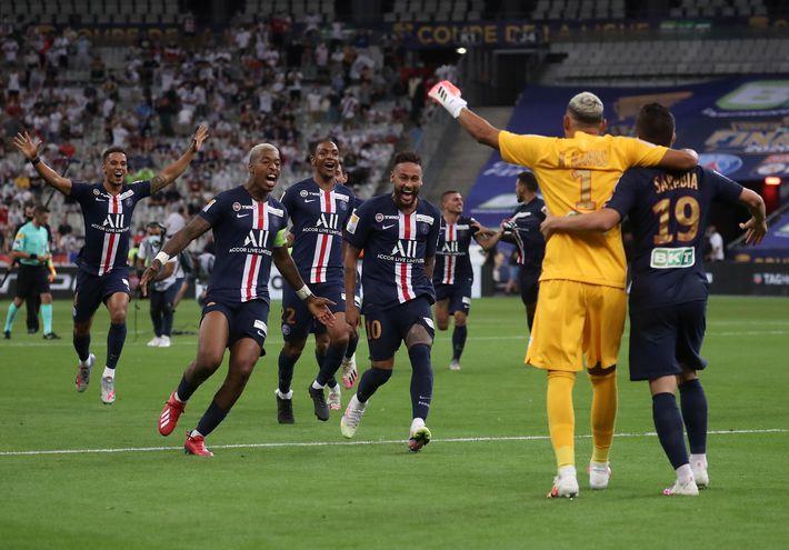Festejo de los jugadores del PSG tras el final de la tanda de penales.