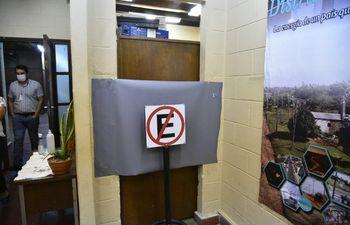 La puerta de la oficina del Departamento de Seguridad y Vigilancia de la ANDE fue lacrada esta mañana para realizar las investigaciones respectivas, dijo el director de Servicios Administrativos, Fidel Girett.