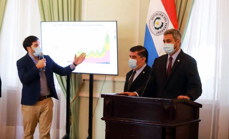 De izq. a der.: Guillermo Sequera, Julio Borba y Mario Abdo Benítez, quien ahora sí da la cara ante la gente. Fue ayer en Palacio.