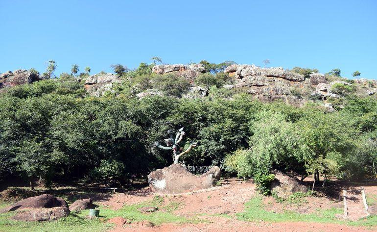 El cerro Yaguarón, que con cada Viernes Santo recibía más de 15.000 turistas, ayer estuvo vacío. Se clausuraron sus accesos.