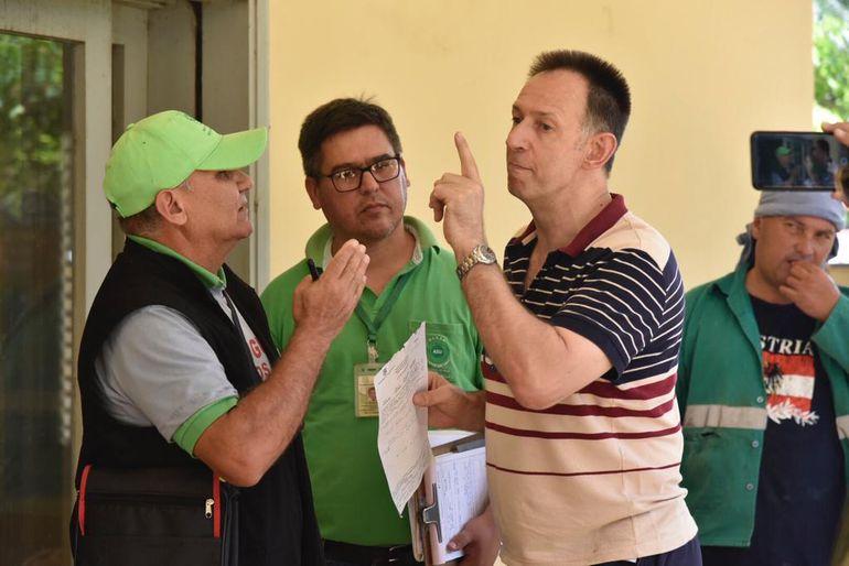Franco Brogliatto, propietario de la residencia se resistió al ingreso de los funcionarios municipales.
