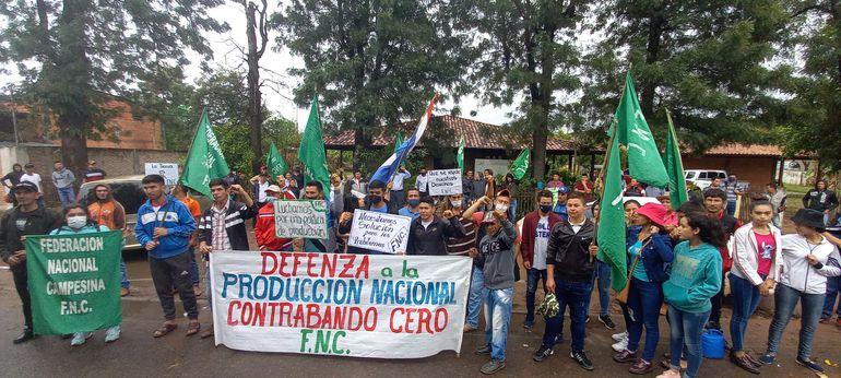 Miembros de la FNC, manifestándose frente a las oficinas de la Dirección de Extensión Agraria de Coronel Oviedo.
