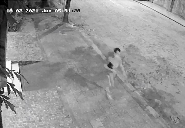 Video que condujo a la captura del asesino de Olga Feliciángeli. Se ve a Matías Raúl Bilbao huyendo con la tablet de la víctima.