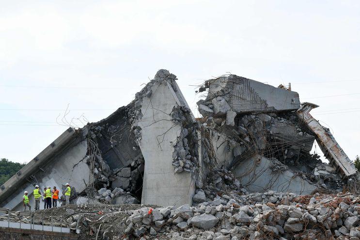 Un grupo de obreros de la construcción en el sitio donde colapsó el punte Morandi.