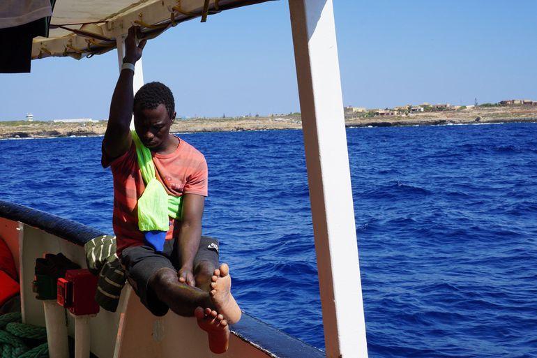 Un migrante a primera hora de este martes en el barco de la ONG española Open Arms, que sigue bloqueado desde hace 19 días frente a la isla italiana de Lampedusa.
