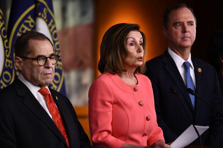 La titular de la Cámara de Representantes de los Estados Unidos, Nancy Pelosi (c).