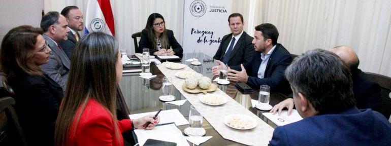 El ministro de la Corte Suprema, Alberto Martínez Simón, y la ministra de Justicia, Cecilia Pérez, encabezaron la reunión sobre las audiencias por medios telemáticos.