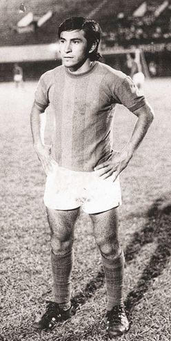 Peíto Rodríguez, posando con la indumentaria de Cerro Porteño, en los años 70.  Dirigir al Ciclón, sueño pendiente.