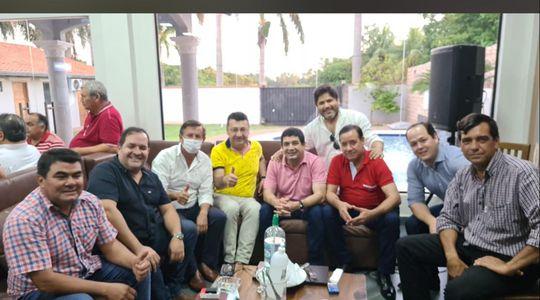 El vicepresidente Velázquez, rodeado por sus colegas hace seis días en un mitín político. Apenas uno de los presentes utilizaba tapabocas.
