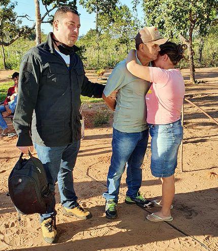 Un agente  de la Policía Civil sostiene del brazo al sicario Wilson Acosta Marques, mientras este se despide de su mujer, cuando fue capturado en Brasil.