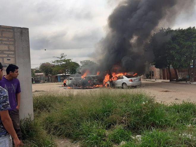 Autos quemados en la zona de la Costanera tras la emboscada.