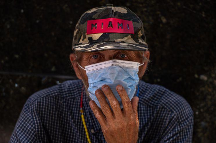 Un hombre viste una máscara mientras observa la calle, el pasado 30 de julio del 2020, en la ciudad de Miami, Florida.