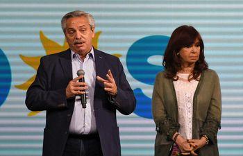 El presidente argentino Alberto Fernandez (i) ha visto distanciarse a su vicepresidenta Cristina Fernández de Kirchner (d), de cuyo apoyo político depende.