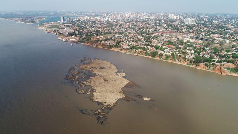 Vista aérea del río Paraguay en Asunción.
