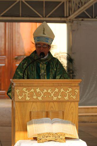 El obispo Ricardo Valenzuela durante la misa de este domingo en Caacupé.