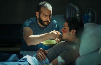 """Nico Garcia junto al Chino Darín en una escena de la serie """"El Reino""""."""