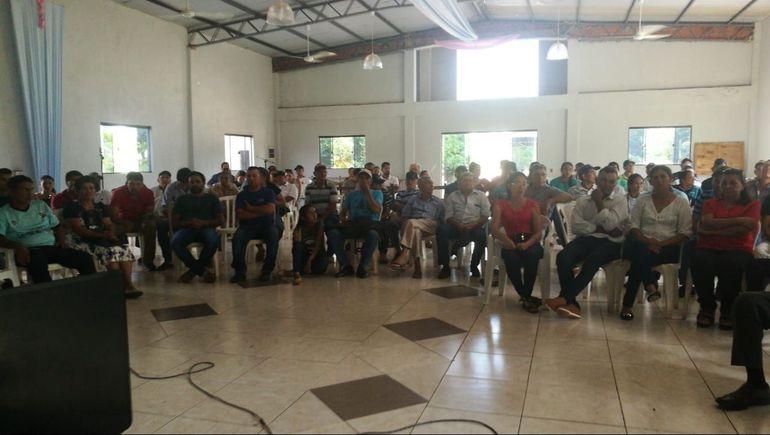 Los ciudadanos de Arroyito durante la asamblea que se llevó a cabo en la casa parroquial.
