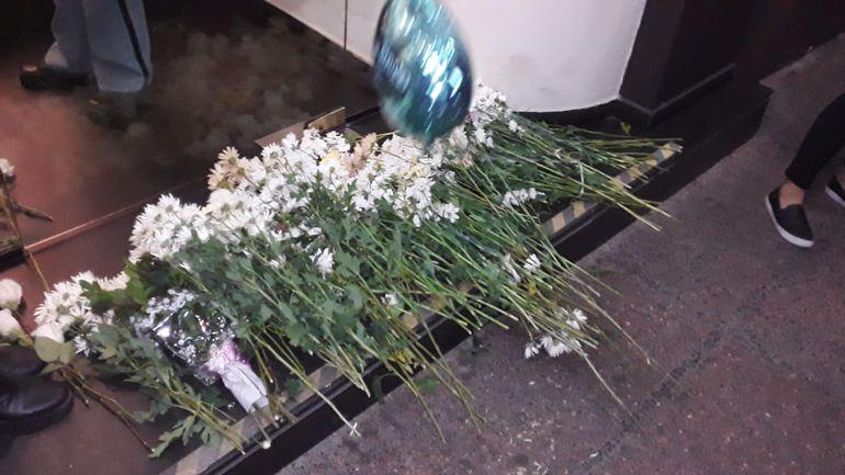 Flores dejadas por familiares y amigos de la familia de Renato, en la entrada de urgencias del Sanatorio Migone.