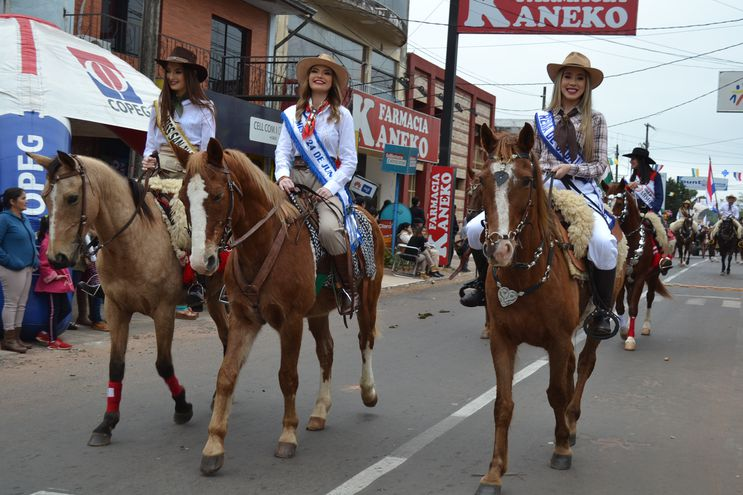 Tradicional desfile de caballería y fiesta campestre en Misiones.