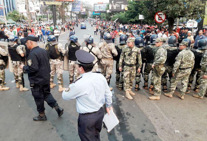Luego del saqueo en la Aduana de Ciudad del Este el pasado lunes, ayer las fuerzas del orden tuvieron que extremar recursos  para controlar a los paseros que exigen controles más flexibles.