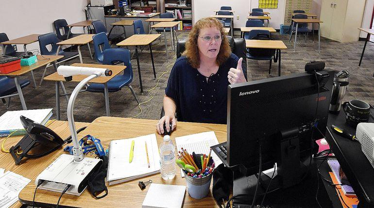 Una maestra de Las Vegas (EE.UU.) dirige clases a distancia con conexión garantizada de internet.