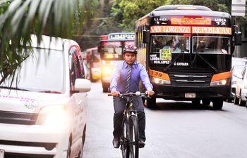 Las personas que utilizan la bicicleta como medio de transporte deben enfrentar el caótico tránsito ante la falta de bicisendas.
