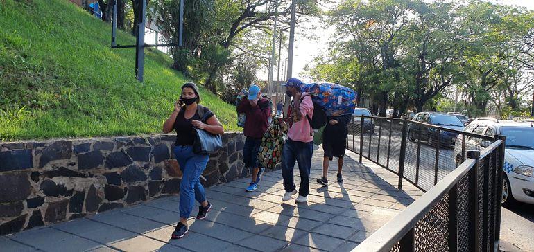 """Los """"sacoleiros"""" regresaron nuevamente a pie a Ciudad del Este, tras más de siete meses."""
