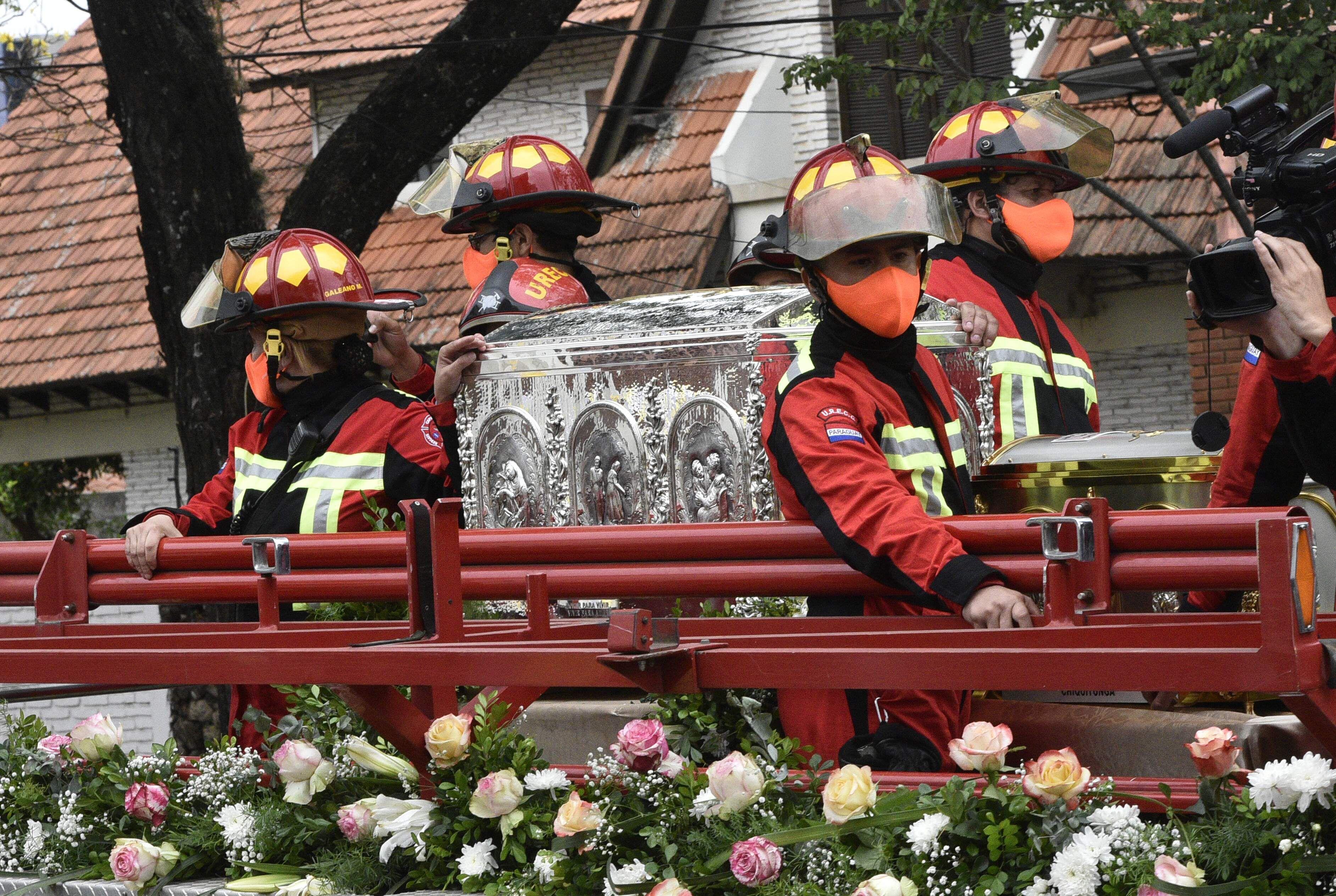 Los bomberos voluntarios se encargaron de hacer llegar el cofre al monasterio.