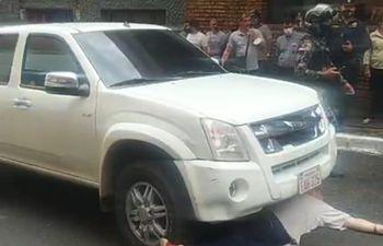 Paraguayo Cubas, acostado frente a la camioneta del Ministerio del Interior.