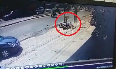 El motociclista terminó impactando contra una columna y fue diagnosticado con muerte cerebral. Imagenes del circuito cerrado captaron parte del choque.