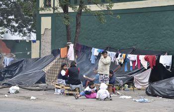 Familias indígenas pasan frío por manifestarse en Asunción.