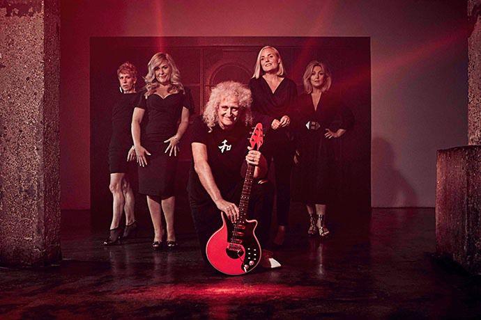 El guitarrista Brian May junto a las integrantes del cuarteto WOMAN.
