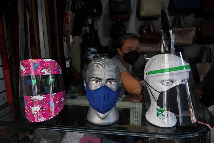 Protectores faciales en venta, contra el coronavirus.