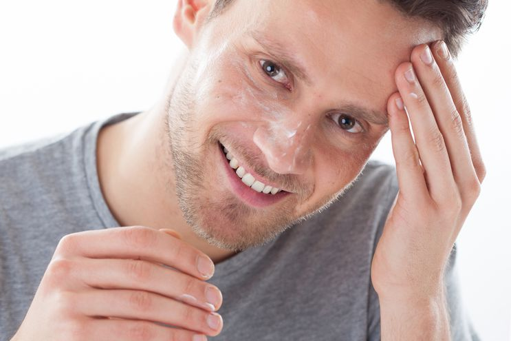 La piel de los hombres es más gruesa y más grasosa que la de las mujeres, por lo que requiere de productos diferenciados.