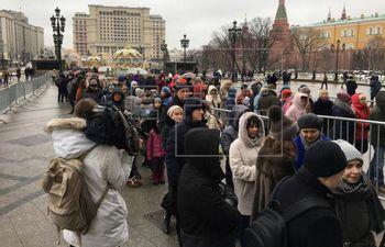 Largas filas se formaban para ingresar a ver la exposición de Dalí, en Rusia. Las autoridades decidieron cerrar la muestra para prevenir la expansión del coronavirus.