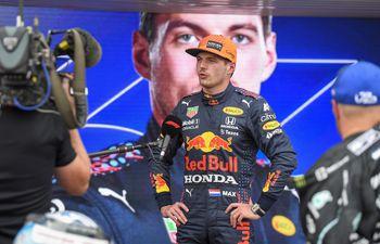 El holandés Max Verstappen habla con los medios de comunicación tras la sesión de ayer.