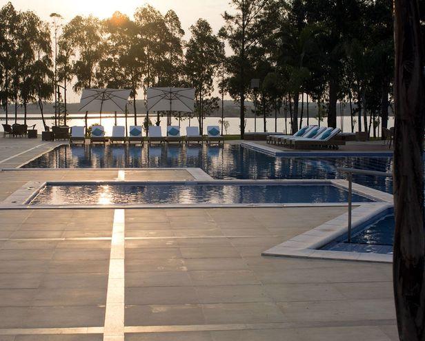 En el Awa Resort, los huéspedes  disponen de piscinas, canchas de deportes, salón de conferencias y de fiestas para 1.000 personas, y otras comodidades.