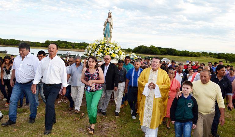 Los fieles acompañaron la procesión náutica y por las diferentes calles de la comunidad.