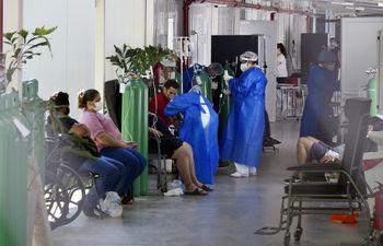 Pacientes con covid-19 reciben oxígeno hasta sentados en los pasillos de hospitales públicos como el Ineram.