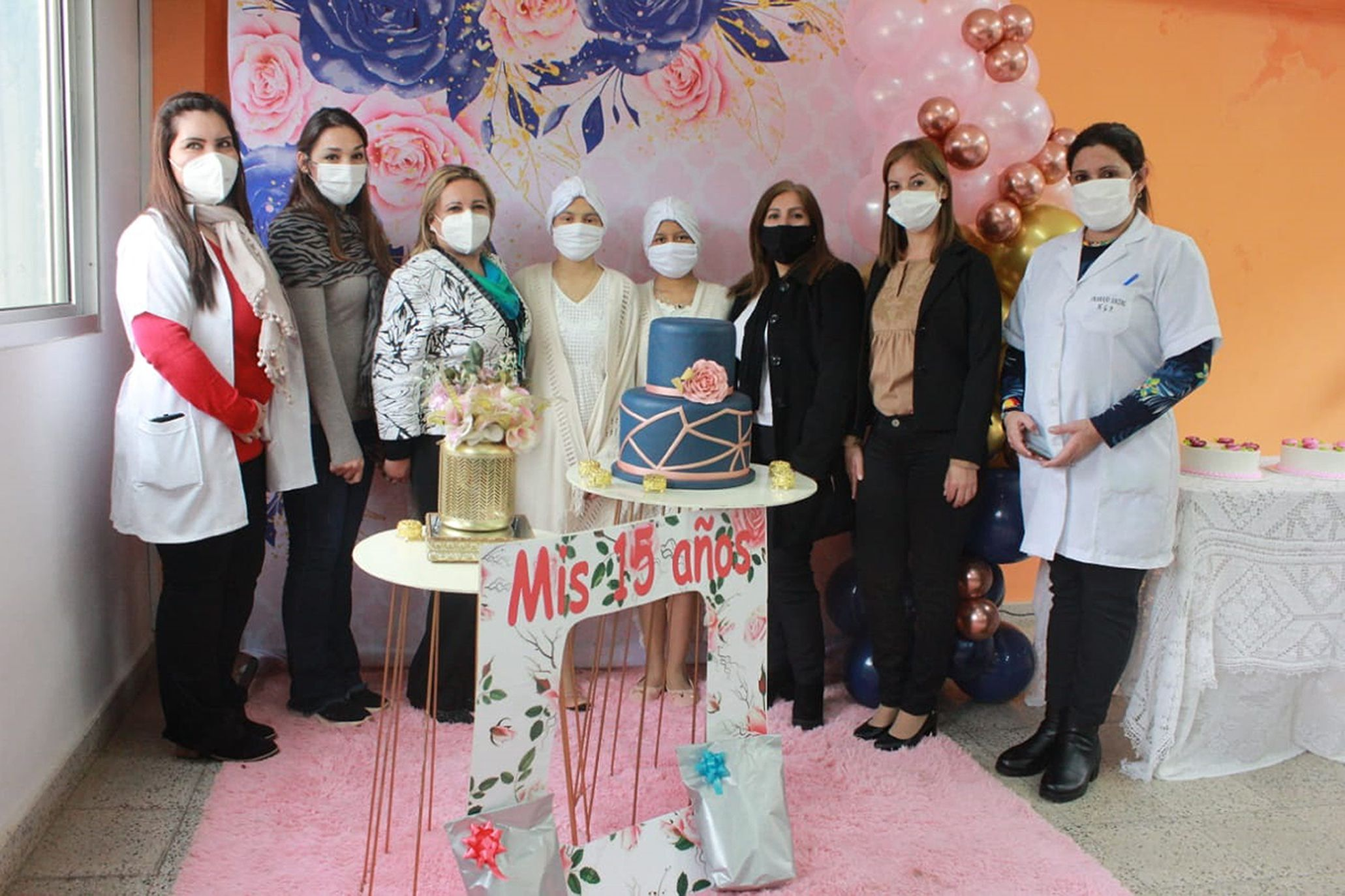 Las quinceañeras rodeadas de las asistentes sociales y personal de salud quienes se encargaron de organizar el festejo.