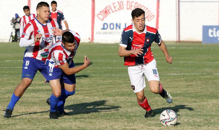 """El """"10"""" azulgrana Júnior Noguera se escapa de los Brítez, Carlos y Jorge """"Mono"""" (6), capitán de Benjamín Aceval."""